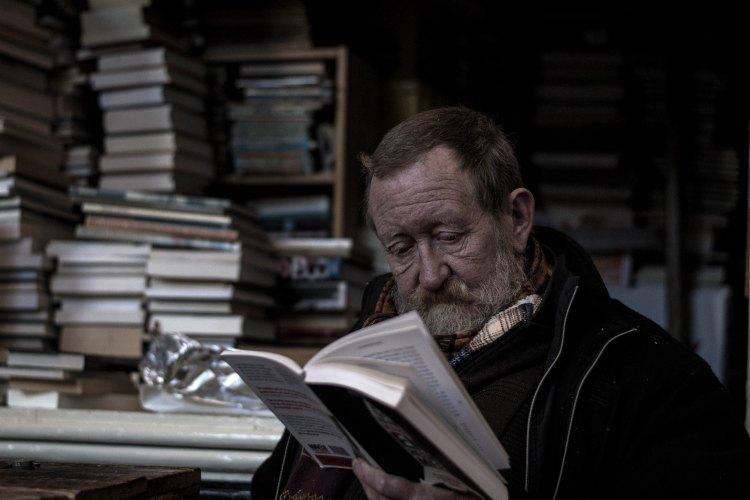 manreadingbook